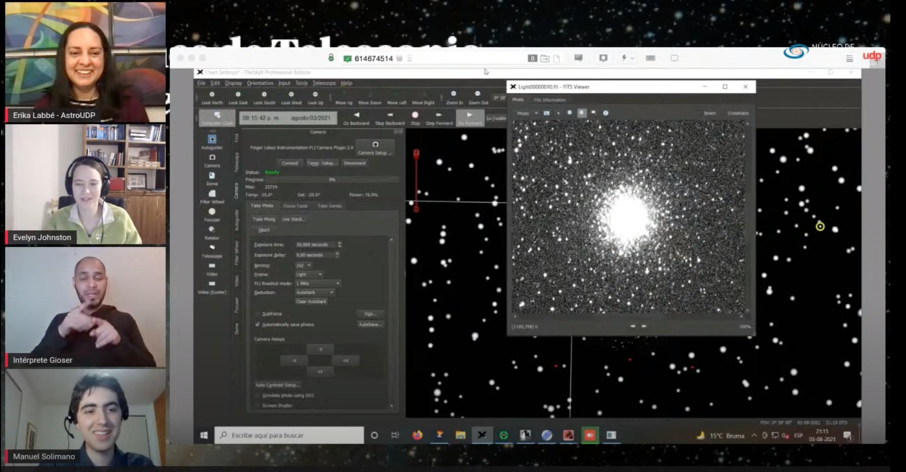 """Imagen de una de las transmisiones de la serie """"Noches de telescopio en tiempo real"""". En ella se muestran a los tres participantes, al intérprete en lengua de señas y la imagen en blanco y negro de un cúmulo de estrellas."""